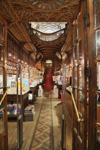 """Portugal. Oporto. Librería Lello & Irmão. Enrique Vila-Matas la describió como """"la librería más bonita del mundo"""" y en 2008 el periódico inglés The Guardian la calificó como la tercera librería más bonita del mundo. De sus escaleras se ha afirmado que fueron la inspiración de las escaleras de Hogwarts en los libros de Harry Potter, ya que J.K. Rowling llegó a vivir en Oporto para trabajar como profesora de inglés en una academia de la ciudad."""